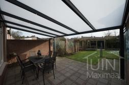Moderne Gumax® Terrasoverkapping aan huis in mat antraciet van 8,06 x 4 meter met glazen dakplaten inclusief Gumax LED verlichting