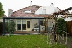 Moderne Gumax® Terrasoverkapping aan huis in mat antraciet van 7,06 x 3,0 meter met glazen dakplaten inclusief Gumax LED verlichting en glazen schuifwanden