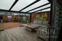 Moderne Gumax® Terrasoverkapping in mat antraciet met glazen dakplaten<br>inclusief Gumax glazen schuifwanden en LED verlichting