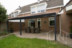 Klassieke Gumax® Terrasoverkapping in mat antraciet van 6,06 x 3 meter met glazen dakplaten