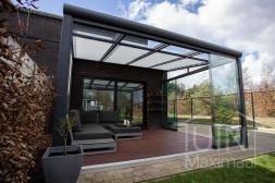 Moderne Gumax® Terrasoverkapping in mat antraciet van 4,06 x 4 meter met glazen dakplaten inclusief Gumax zonwering, LED verlichting, glazen schuifwanden en een glazen spie