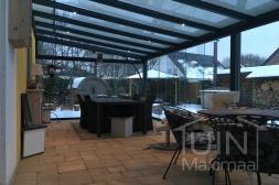 Moderne Gumax® Terrasoverkapping in mat antraciet met glazen dakplaten inclusief Gumax glazen schuifwanden en glazen spie