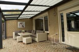 Klassieke Gumax® Terrasoverkapping in mat antraciet van 8,06 x 3 meter met glazen dakplaten inclusief Gumax zonwering en LED verlichting