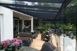 Moderne Gumax® serre aanbouw in mat antraciet van 8,06 x 3,5 meter met glazen dakplaten inclusief Gumax glazen schuifwanden