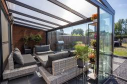 Gumax® moderne Terrasoverkapping in mat antraciet met melkglas dak