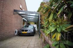 Moderne Gumax® Carport aan huis in mat antraciet met glazen spie