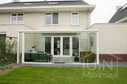 Moderne Gumax® Terrasoverkapping aan huis in mat crème van 6,06 x 3 meter met glazen dakplaten inclusief Gumax glazen schuifwanden