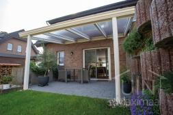 Klassieke Gumax® Terrasoverkapping in mat crème van 4,06 x 3,5 meter met heldere polycarbonaat dakplaten