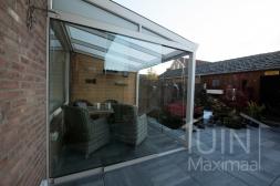 Klassieke Gumax® Overkapping aan huis in mat crème van 3,06 x 2,5 meter iq-relax polycarbonaat dakplaten inclusief Gumax  glazen schuifwanden en glazen spie.