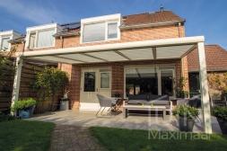 Moderne Gumax® Terrasoverkapping  in mat crème van 5,06 x 3,5 meter met glazen dakplaten inclusief Gumax zonwering en LED verlichting