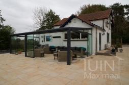 Moderne Gumax® Terrasoverkapping in mat antraciet van 8,06 x 3,5 meter met glazen dakplaten inclusief Gumax glazen schuifwanden en glazen spie