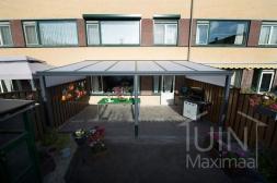 Klassieke Gumax® Terrasoverkapping in mat antraciet van 6,06 x 3 meter met opaal polycarbonaat dakplaten inclusief Gumax polycarbonaat spie op schutting