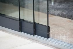 Gumax® Glazen schuifwanden in mat antraciet detailfoto van de onderrail