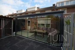 Moderne Gumax® Overkapping aan huis in mat antraciet van 5,06 x 3,5 meter met glazen dakplaten inclusief Gumax glazen schuifwanden en glazen spie