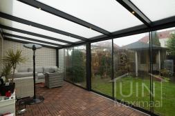 Moderne Gumax® Serre aanbouw in mat antraciet van 12,06 x 4 meter met opaal polycarbonaat dakplaten inclusief Gumax LED verlichting, glazen schuifwanden en Glazen spie