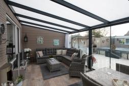 Moderne Gumax® serre aanbouw in mat antraciet van 6,06 x 3,5 meter met opaal polycarbonaat dakplaten inclusief Gumax LED verlichting, glazen schuifwanden, deurgrepen, U-profiel, sierstrips en tochtstrips voor schuifwanden.