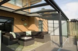 Moderne Gumax® Terrasoverkapping in mat antraciet van 8,06 x 4 meter met ingekorte glazen dakplaten inclusief Gumax zonwering, LED verlichting, glazen schuifwanden en vaste polycarbonaat zijwand
