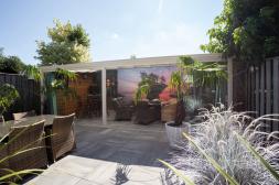 Gumax® klassieke overkapping in mat wit aan huis met glazen schuifwanden in de tuin, aanbouw