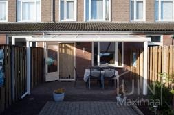 Klassieke Gumax® Overkapping aan huis in mat crème van 5,06 x 3,5 meter met opaal polycarbonaat dakplaten