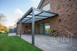 Klassieke Gumax® Terrasoverkapping in mat antraciet van 6,06 x 3,5 meter met glazen dakplaten inclusief Gumax zonwering