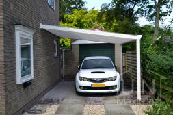 Klassieke Gumax® Carport in mat wit aan huis met opaal polycarbonaat dakplaten
