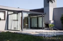 Klassieke Gumax® Terrasoverkapping in antraciet van 4,06 x 4 meter en glazen schuifdeuren