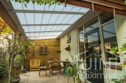 Klassieke Gumax® overkapping in mat wit van 5,06 x 2,5 meter met helder glazen dakplaten incl zonwering