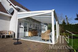 Klassieke Gumax® Terrasoverkapping in mat wit van 6,06 x 4 meter met helder glazen dak en glazen schuifdeuren