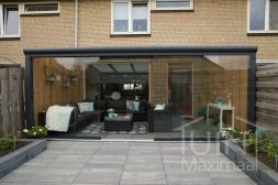 Moderne Gumax® Overkapping aan huis in mat antraciet van 5,06 x 4 meter inclusief Gumax glazen schuifwanden