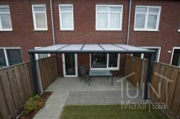 Moderne Gumax® Terrasoverkapping in mat antraciet van 5,06 x 3 meter met opaal polycarbonaat dakplaten