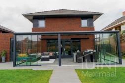 Moderne Gumax® Terrasoverkapping in mat antraciet van 8,06 x 4 meter met glazen dakplaten inclusief Gumax LED verlichting, glazen schuifwanden en Glazen spie