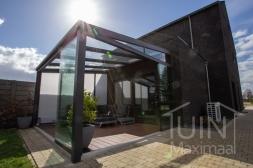 Moderne Gumax® Terrasoverkapping in mat antraciet van 4,06 x 4,0 meter met glazen dakplaten inclusief Gumax zonwering en Glazen schuifwanden en glazen spie