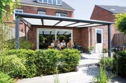 Moderne Gumax® Overkapping aan huis in mat antraciet van 5,06 x 3,5 meter met glazen dakplaten inclusief Gumax zonwering en glazen spie