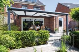 Moderne Gumax® Terrasoverkapping in mat antraciet met glazen dakplaten inclusief Gumax zonwering en LED verlichting