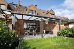 Moderne Gumax® Overkapping aan huis in mat antraciet van 6,06 x 3 meter met opaal polycarbonaat dakplaten