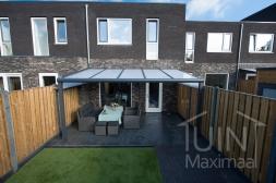 Moderne Gumax® Overkapping aan huis in mat antraciet van 5,06 x 3 meter met opaal polycarbonaat dakplaten inclusief Gumax polycarbonaat spie op schutting