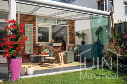 Moderne Gumax® overkapping in mat wit van 4,06 x 3,5 meter iq-relax polycarbonaat dakplaten en glazen schuifwanden