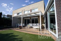 Klassieke Gumax® overkapping in mat wit van 6,06 x 3 meter met glazen dakplaten inclusief elektrische zonwering