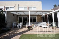Gumax® terrasoverkapping in mat wit van 6,06 x 3 meter met helder glazen dakplaten inclusief automatische zonwering