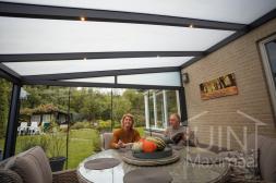 Moderne Gumax® Terrasoverkapping in antraciet van 4,06 x 4 meter opaal polycarbonaat dakplaten en schuifdeuren en led