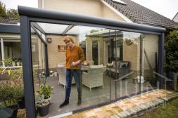 Moderne Gumax® Terrasoverkapping in antraciet van 4,06 x 4 meter opaal polycarbonaat dakplaten en schuifdeuren