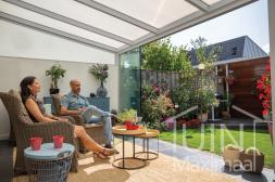 Moderne Gumax® Terrasoverkapping in mat wit van 4,06 x 3,5 meter iq-relax polycarbonaat dak en glazen schuifwand
