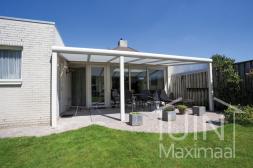 Moderne Gumax® overkapping in mat wit van 6,06 x 3 meter met glazen dakplaten inclusief elektrisch zonnescherm