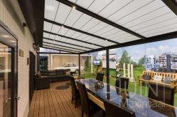 Gumax® Terrasoverkapping met Zonwering in mat antraciet inclusief Gumax® glazen schuifwanden en LED verlichting