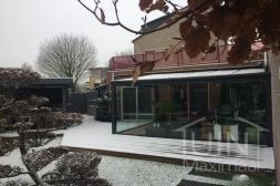 Moderne Gumax® Terrasoverkapping aan huis in mat antraciet van 5,06 x 3,5 meter met glazen dakplaten inclusief Gumax glazen schuifwanden glazen spie