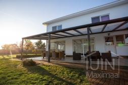 Moderne Gumax® Terrasoverkapping in mat antraciet van 11,06 x 4 meter met iq-relax polycarbonaat dakplaten inclusief Gumax LED verlichting