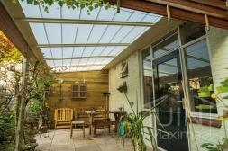 Klassieke Gumax® Terrasoverkapping in mat crème van 5,06 x 2,5 meter met glazen dakplaten inclusief Gumax zonwering