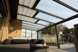 Gumax® Terrasoverkapping inclusief elektrische Zonwering in mat antraciet en vaste polycarbonaat zijwand